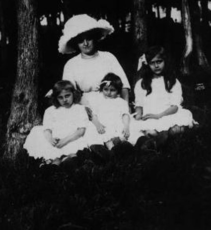 Jeanne Levy with daughters