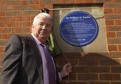 RSC president Professor Jim Feast unveils the Perkin commemorative plaque
